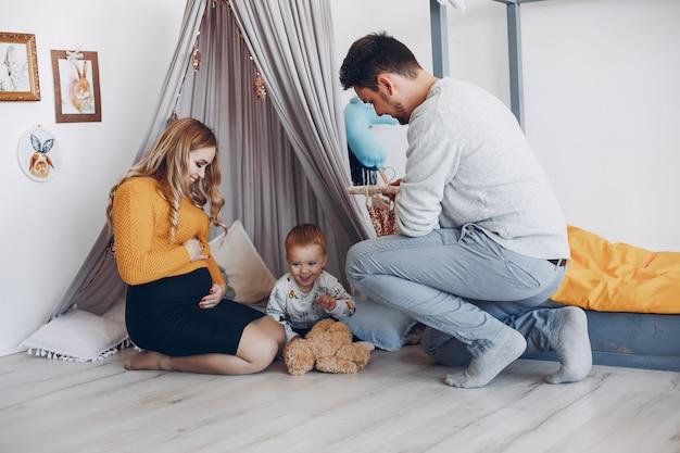 Rodzina w domu siedzi na podłodze