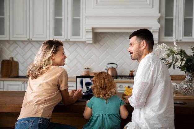 Rodzina w domu z urządzeniami średni strzał