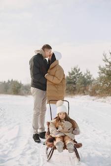 Rodzina w dzianinowych czapkach zimowych na wakacjach