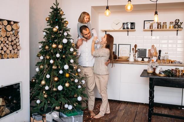 Rodzina w kuchni czeka na boże narodzenie w domu