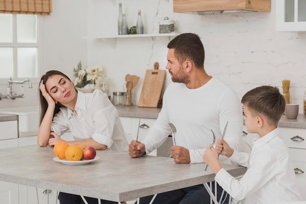 Rodzina w kuchni gotowa do jedzenia