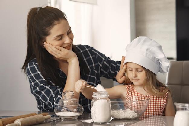 Rodzina w kuchni gotuje ciasto na ciasteczka