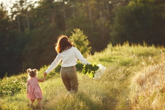 Rodzina w letnim polu. zmysłowe zdjęcie. śliczna mała dziewczynka.