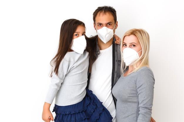Rodzina w maskach ochronnych poddana kwarantannie. normalne życie z koronawirusem. styl życia covid-19. kwarantanna ochrona przed wirusem sterylność dom razem symbol serca