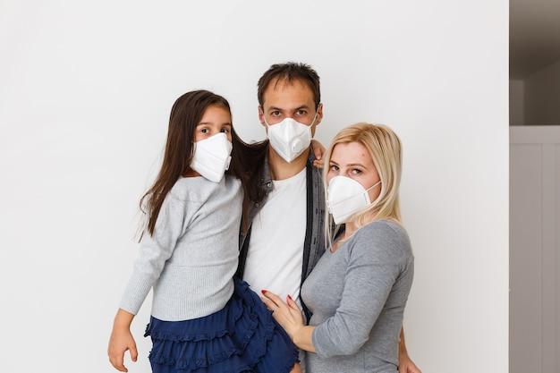 Rodzina w maskach ochronnych poddana kwarantannie. normalne życie z koronawirusem. styl życia covid-19.