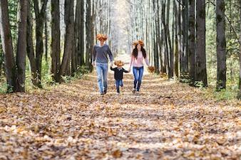 Rodzina w parku jesienią.
