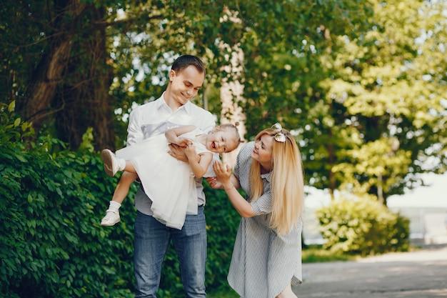 Rodzina w parku letnim