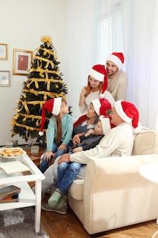 Rodzina w salonie udekorowana na boże narodzenie