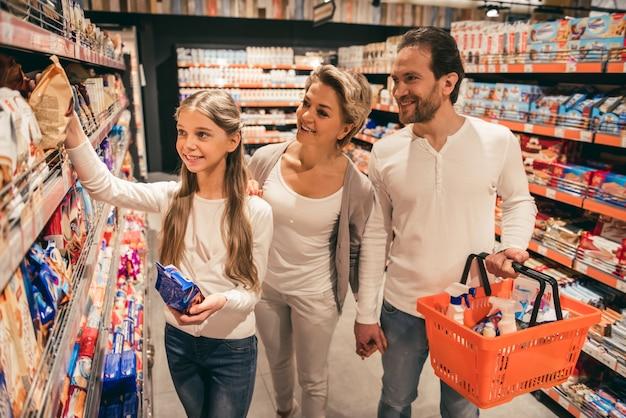Rodzina w supermarkecie