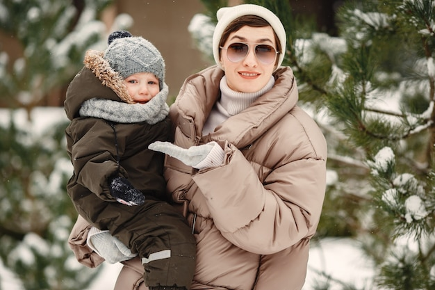 Rodzina w zimowe ubrania na wakacjach w zaśnieżonym lesie