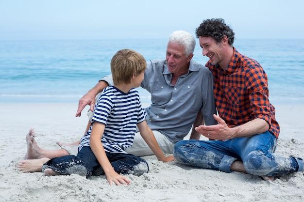 Rodzina wielopokoleniowa odpoczywa na brzegu morza
