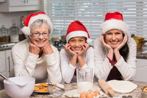 Rodzina wielopokoleniowa pieczenia razem