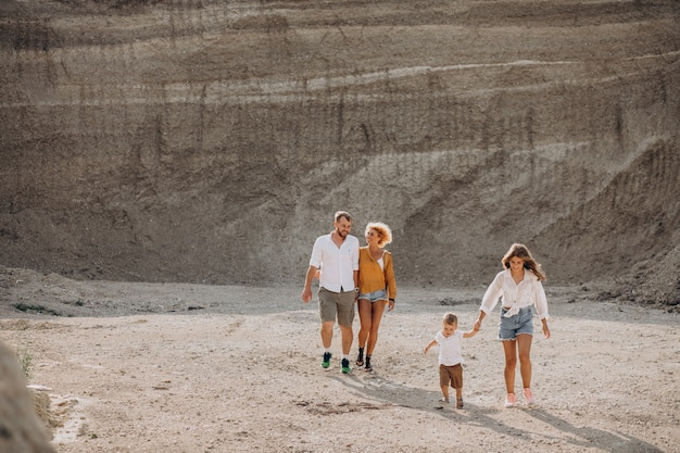 Rodzina wspólnie bawiąca się w piaszczystym kamieniołomie