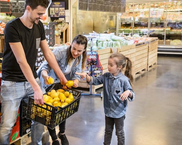 Rodzina wybiera cytryny i owoce w supermarkecie