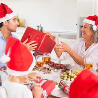Rodzina wymieniająca prezenty świąteczne