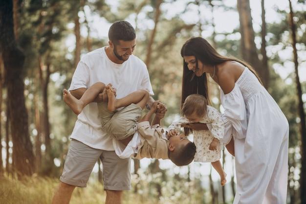 Rodzina z córeczką i małym synkiem w parku