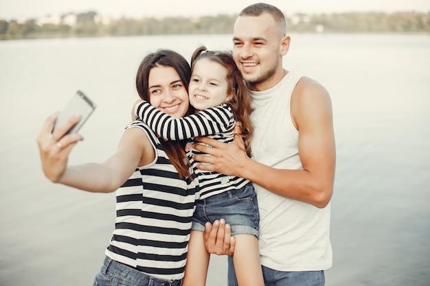 Rodzina z córką bawić się na piasku