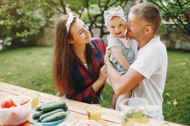 Rodzina z córką bawić się w jardzie