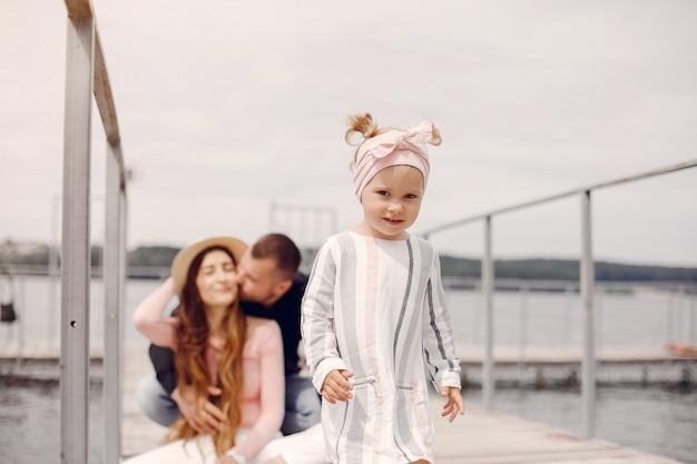 Rodzina z córką bawić się w parku