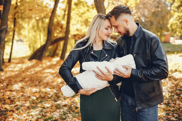 Rodzina z córką w jesień parku