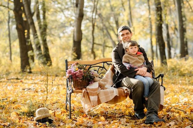 Rodzina z dwiema córkami poszła na piknik. jesienny czas.