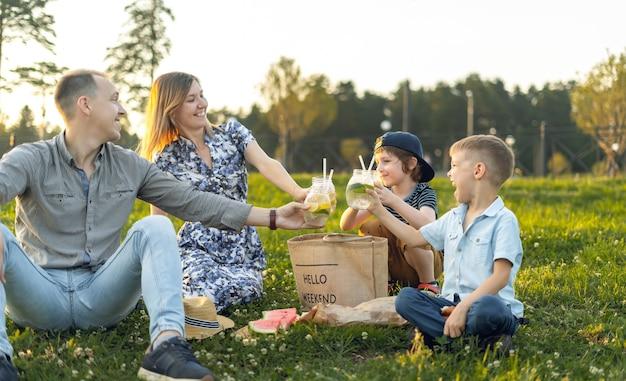 Rodzina z dwójką dzieci letni piknik w przyrodzie