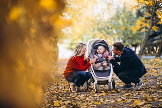Rodzina z dzieckiem daugher spaceru w parku jesień