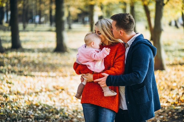 Rodzina z dzieckiem daugher w jesień parku