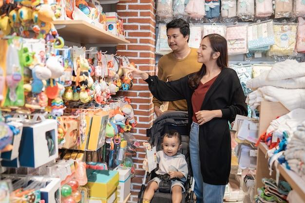 Rodzina z dzieckiem robi zakupy w sklepie dla dzieci