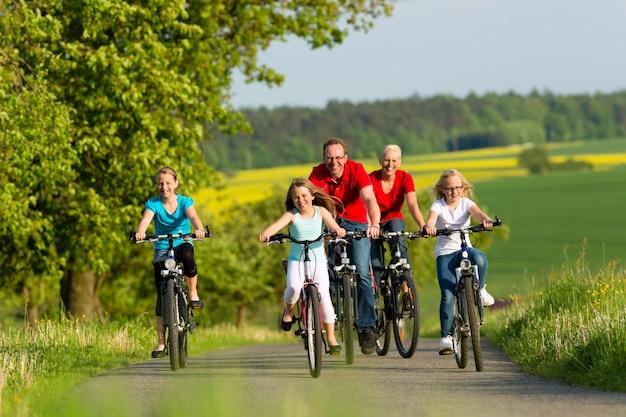 Rodzina z dziećmi na rowerze latem z rowerami