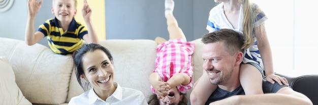 Rodzina z dziećmi spędza czas w domu na kwarantannie
