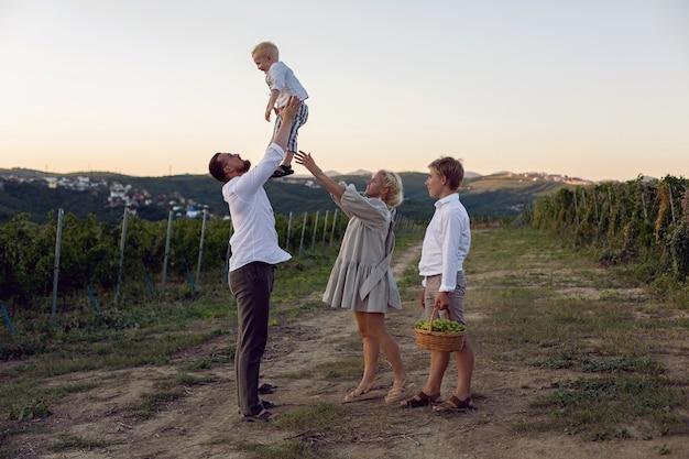 Rodzina z dziećmi w winnicy