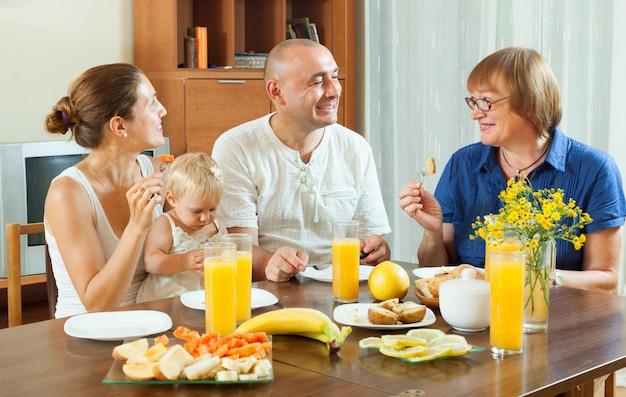 Rodzina z friuts i sokiem