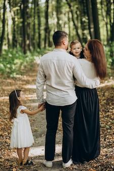 Rodzina z jedną córką i jednym synem razem w parku