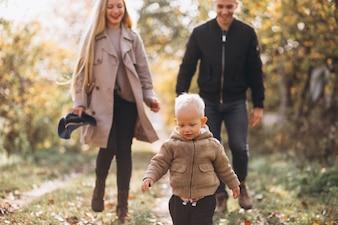 Rodzina z małym synem w jesień parku