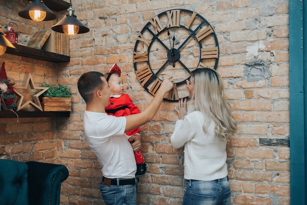 Rodzina z małą córeczką świętującą nowy rok