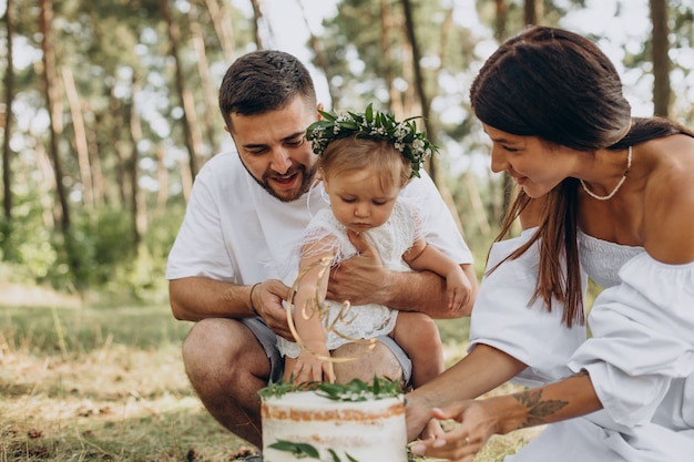 Rodzina z małą córeczką świętuje pierwsze urodziny