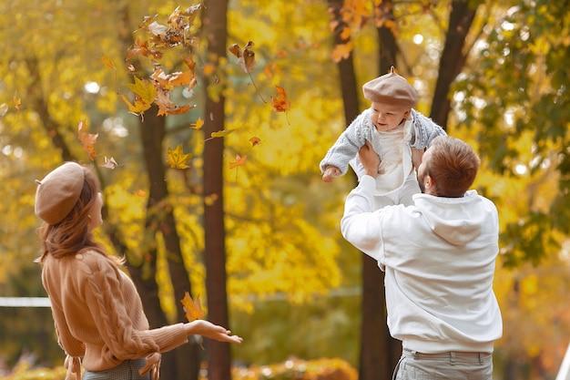 Rodzina z małą córką w jesień parku