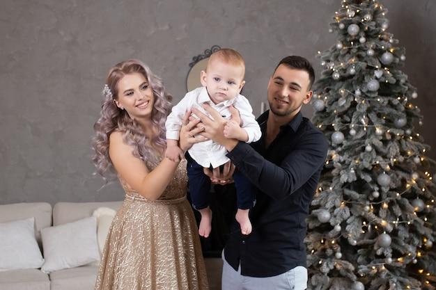 Rodzina z małym dzieckiem ciesząca się wspólnym czasem w domu