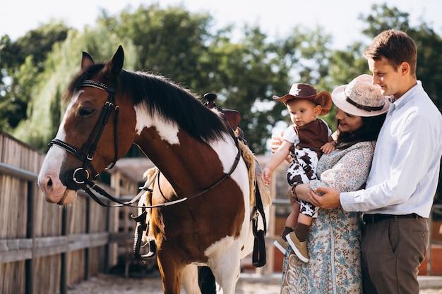 Rodzina z małym synem na ranczo