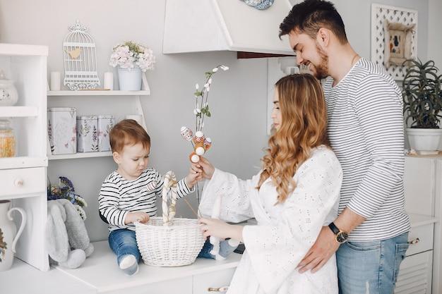 Rodzina z małym synem w kuchni