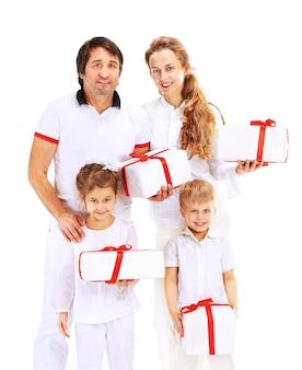 Rodzina z prezentami pozuje