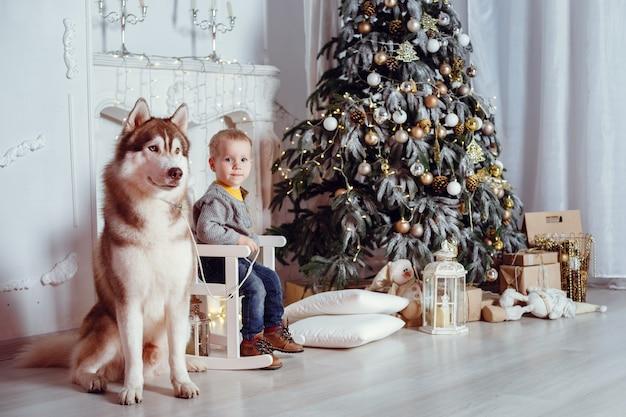 Rodzina z psem we wnętrzu.