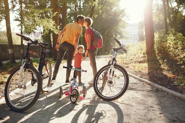 Rodzina z rowerem w letnim parku