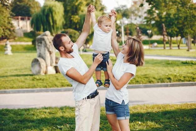 Rodzina z synem bawić się w lato parku