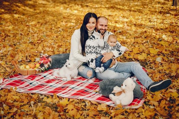 Rodzina z synem w jesień parku