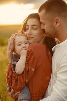 Rodzina z uroczym małym dzieckiem. ojciec w białej koszuli.