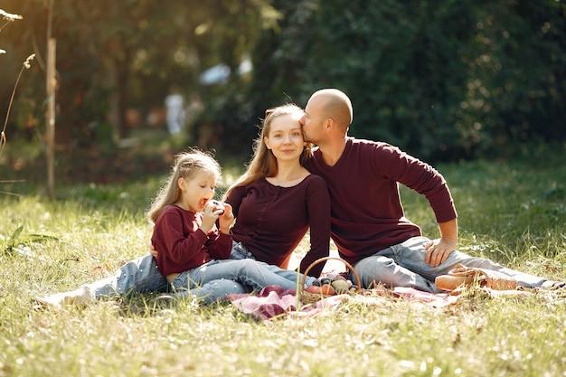 Rodzina z uroczymi dziećmi w jesień parku