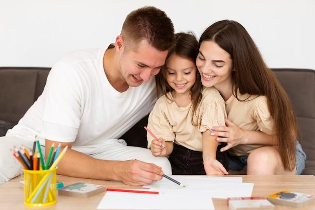 Rodzina z widokiem z przodu, spędzająca razem uroczą chwilę