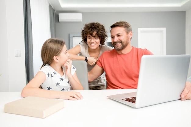 Rodzina za pomocą laptopa